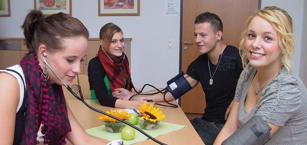 Praktische Arbeiten im Unterricht, wie hier das Messen des Blutdruckes, bereiten auf die verschiedenen Praktika vor
