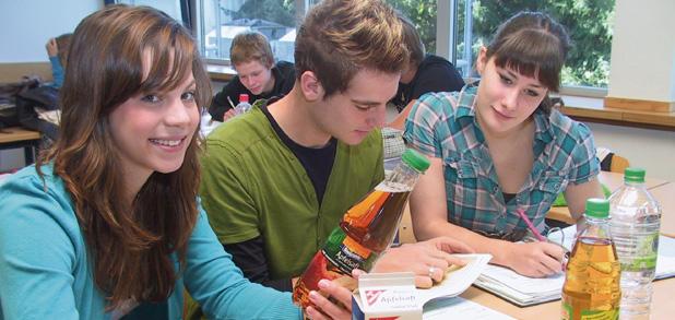 Unterricht im Fach Ernährung: Ein genauer Blick auf das Etikett verrät einiges über die Getränkequalität